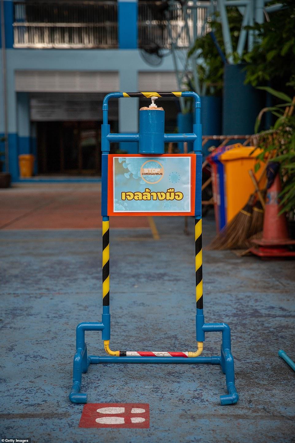Dụng cụ khử trùng tay đặt tại sân trường Wat Khlong Toey .