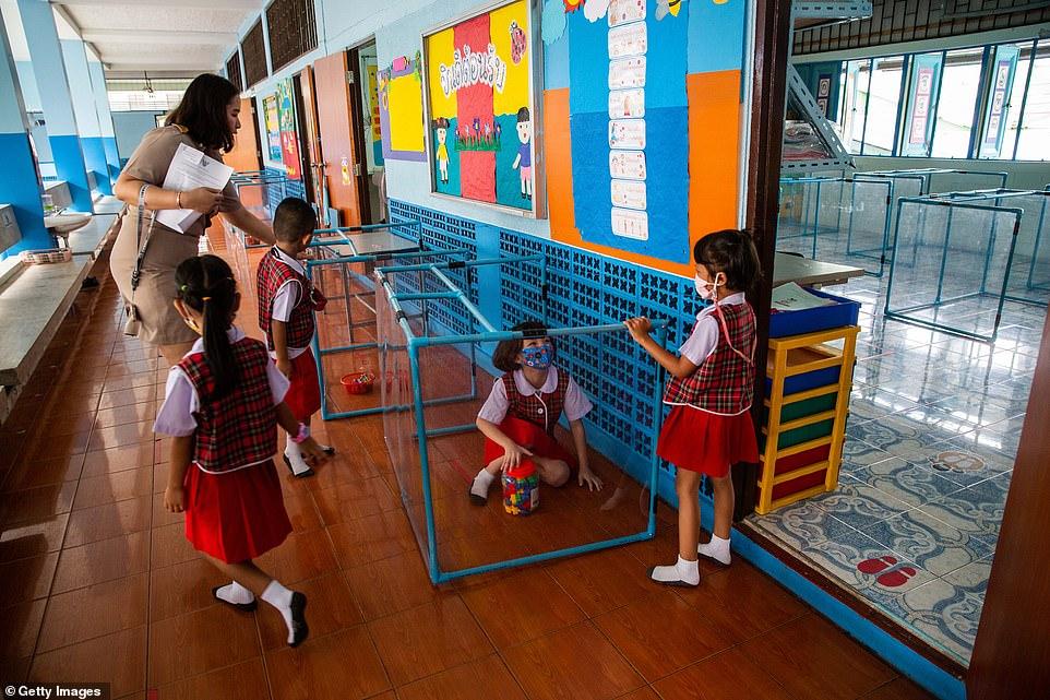 Dù trông khác lạ, các em học sinh đều thích nghi khá tốt với lớp học kiểu mới trong đại dịch.