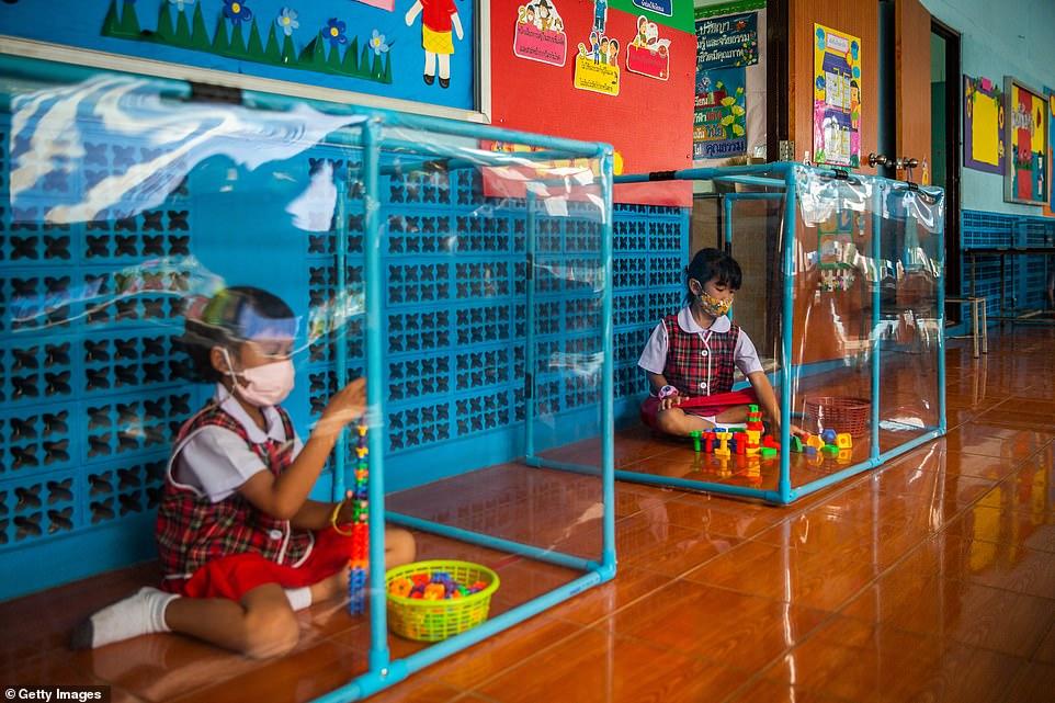 Các bé mẫu giáo ở trường  Wat Khlong Toey ngồi chơi trong những khu cách ly riêng.