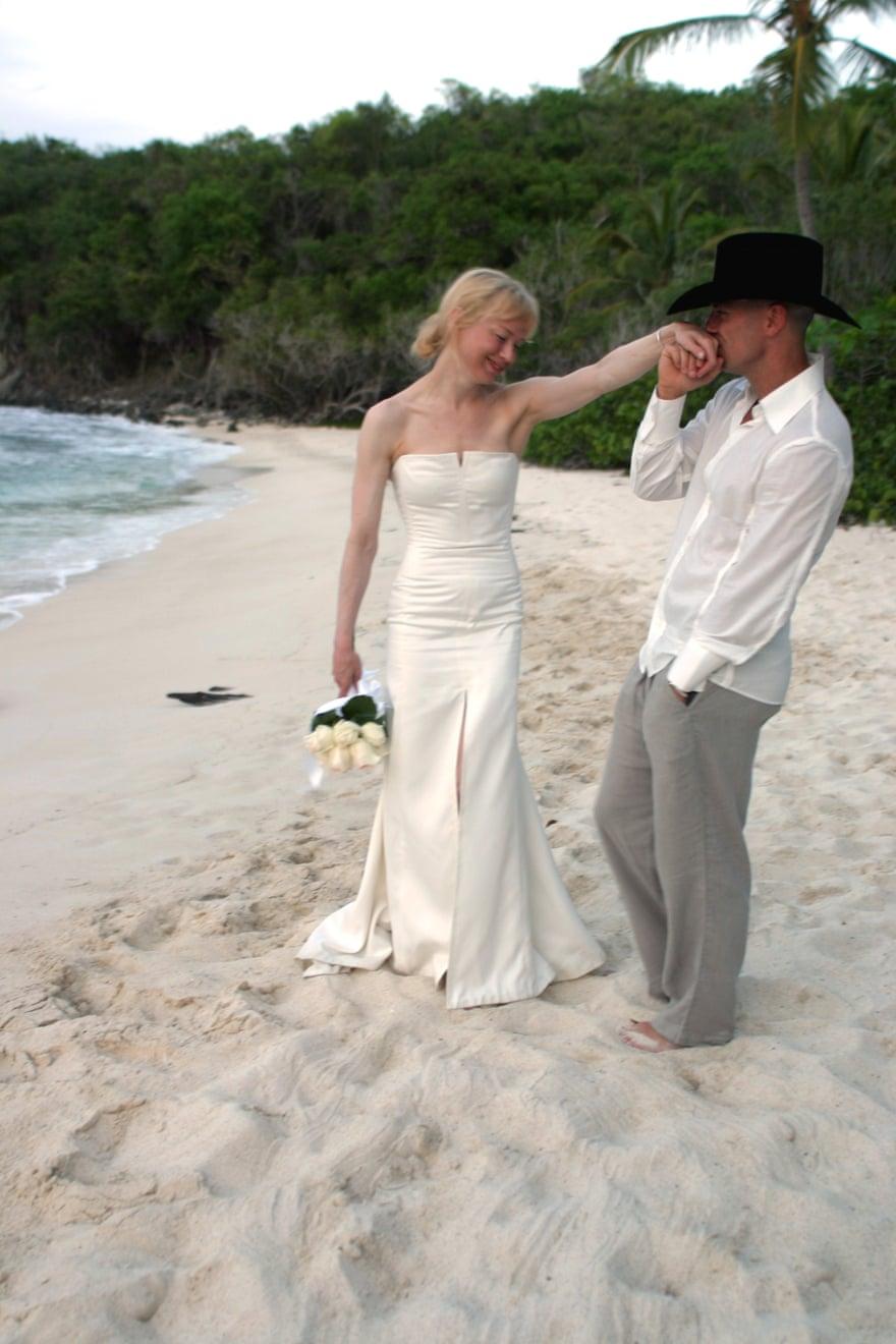 Renée Zellweger mặc một chiếc váy cưới do Carolina Herrera thiết kế khi cô kết hôn với ngôi sao nhạc đồng quê Kenny Chesney, trên một bãi biển ở Quần đảo Virgin, 2005.