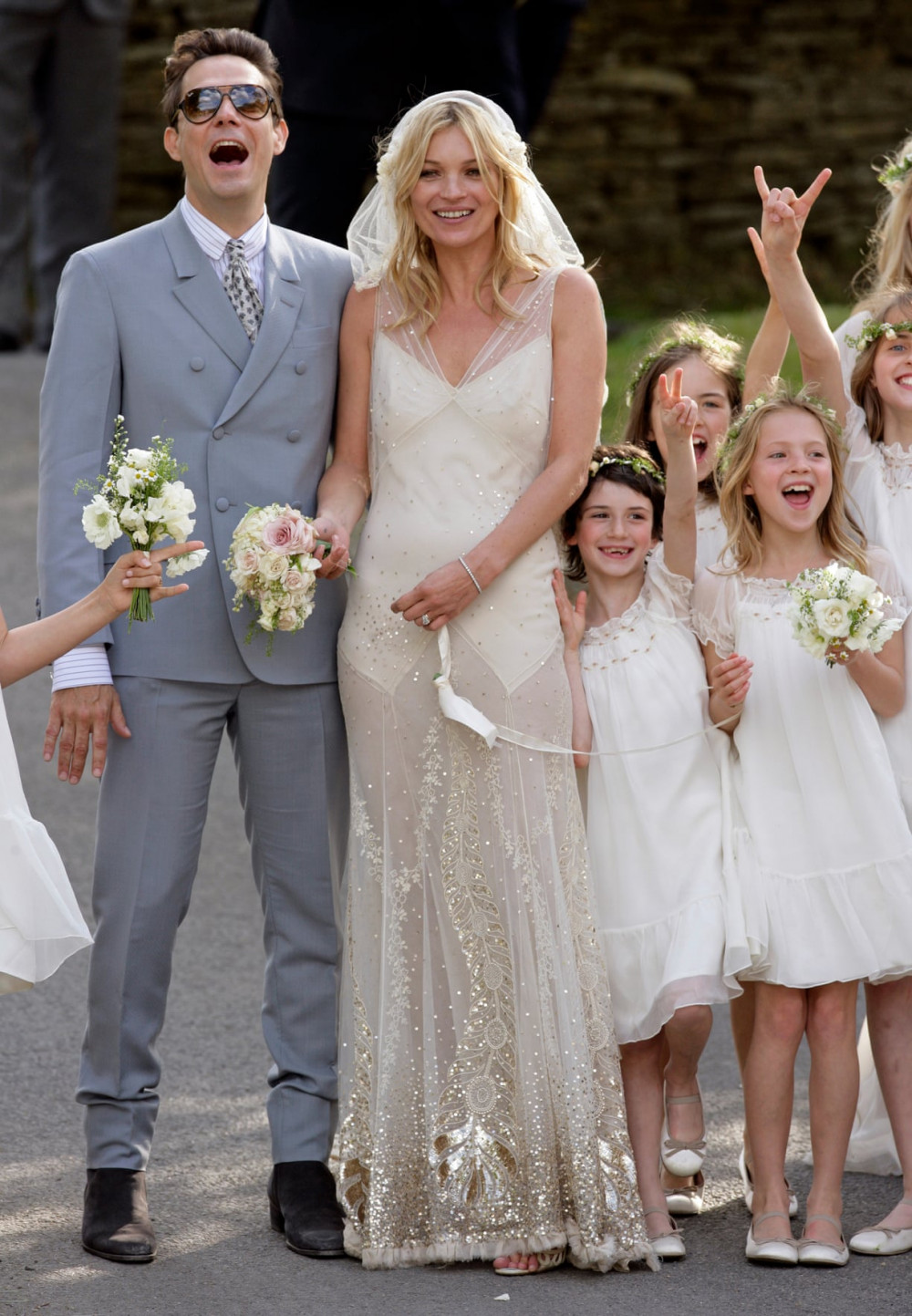 Kate Moss mặc váy  cưới của NTK John Galliano và chú rể Jamie Hince tại  Anh, 2011