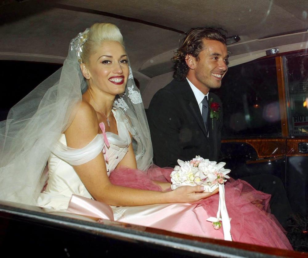 Gwen Stefani mặc áo cưới của  hãng Christian Dior do NTK John Galliano thực hiện và Gavin Rossdale, London, 2002.NTK