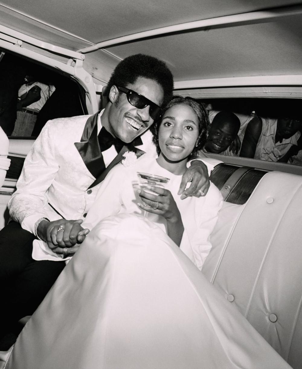 Stevie Wonder và cô dâu của mình, ca sĩ Syreeta Wright tại Detroit năm 1970.