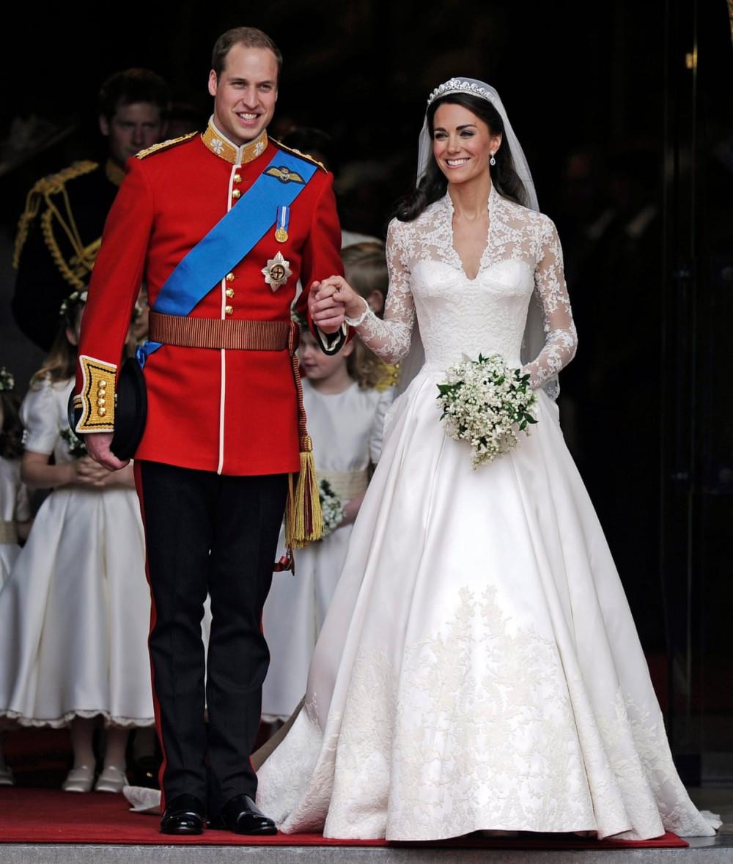 Hoàng tử William kết hôn với Kate Middleton, người đã mặc một chiếc váy được thiết kế bởi Sarah Burton, London, 2011.