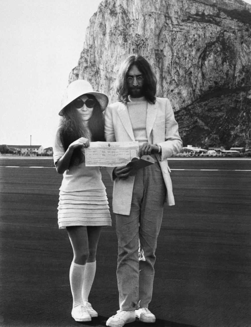 John Lennon và cô dâu người Nhật, Yoko Ono ở Gibraltar năm1969.