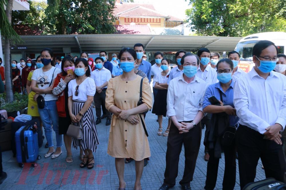 Bên góc sân  Sở Y tế Thừa Thiên - Huế hàng trăm ánh mắt của người thân đến tạm biệt với ước nguyện  nhanh chóng hết dịch để trở về đoàn tụ cùng gia đình