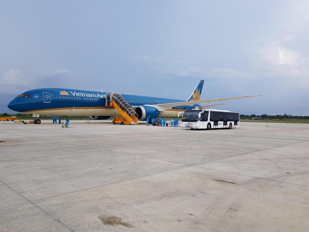 Công tác chuẩn bị trước chuyến bay chở khách về từ vùng tâm dịch trước đó.