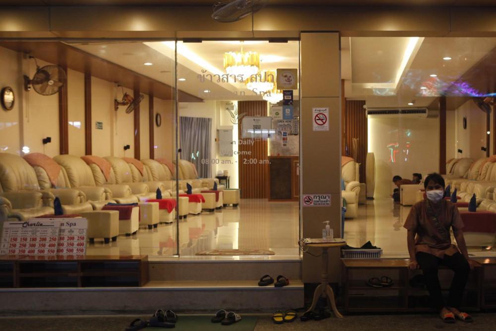 Vắng khách, nhiều cửa tiệm mát-xa tại đường Khao San chuyển đổi kinh doanh.