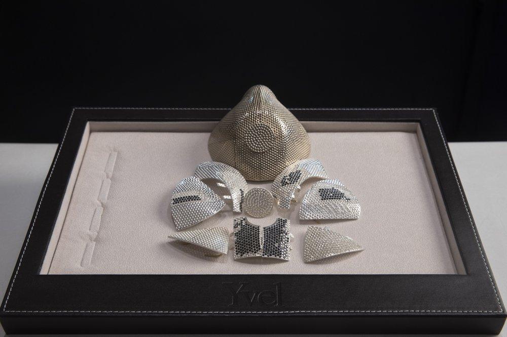 Trong một cuộc phỏng vấn gần đây tại xưởng sản xuất của mình, Levy đã khoe một số mảnh khẩu trang, được bao phủ bằng kim cương và một tấm vàng có đục lỗ cho bộ lọc.