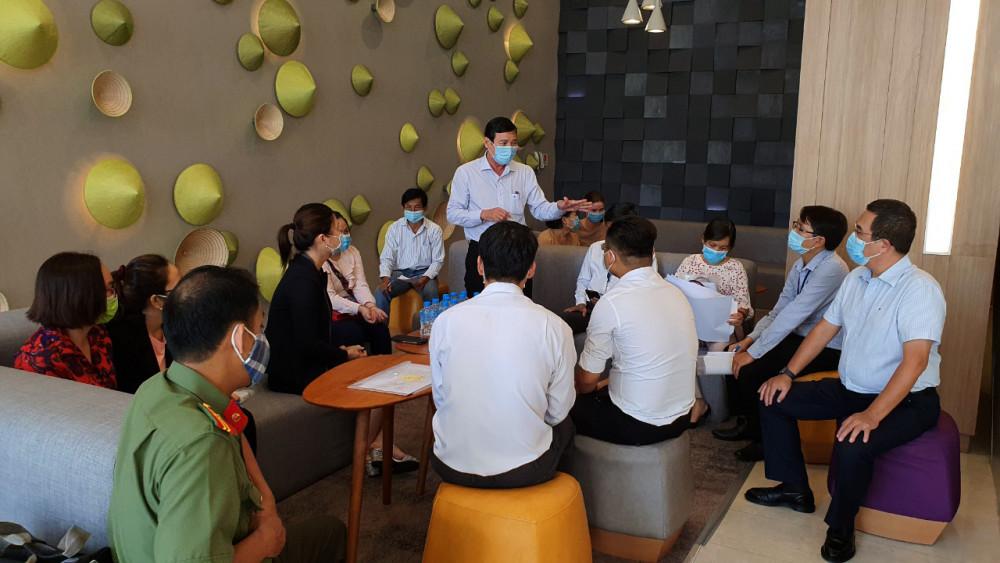 BS Nguyễn Hữu Hưng - Phó GĐ Sở Y tế TP.HCM (người đứng) phát hiện một số vấn đề chưa chuẩn khi đến kiểm tra tại một khách sạn ở quận Tân Bình làm nơi cách ly. Ảnh: SYT.