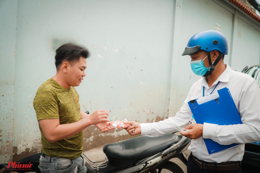 Một trường hợp tại quận Bình Tân bị xử phạt vì không đeo khẩu trang nơi công cộng. Ảnh: Tam Nguyên