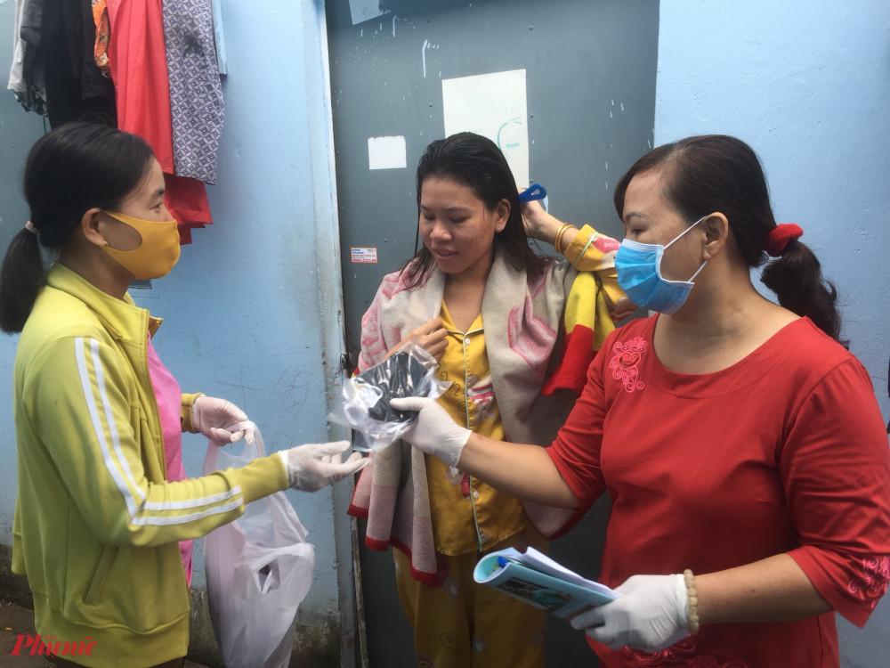 Hội phát tặng khẩu trang và tài liệu tuyên truyền phòng chống dịch bệnh