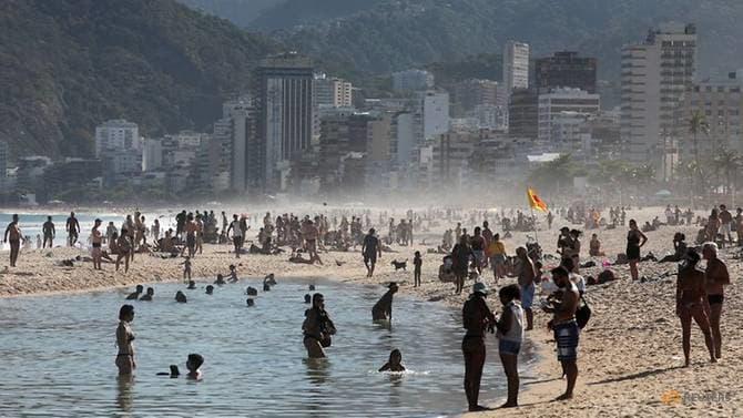 Người dân chơi đùa trên bãi biển Ipanema ở Rio de Janeiro khi dịch bệnh COVID-19 tiếp tục hoành hành ở Brazil - Ảnh: Reuters