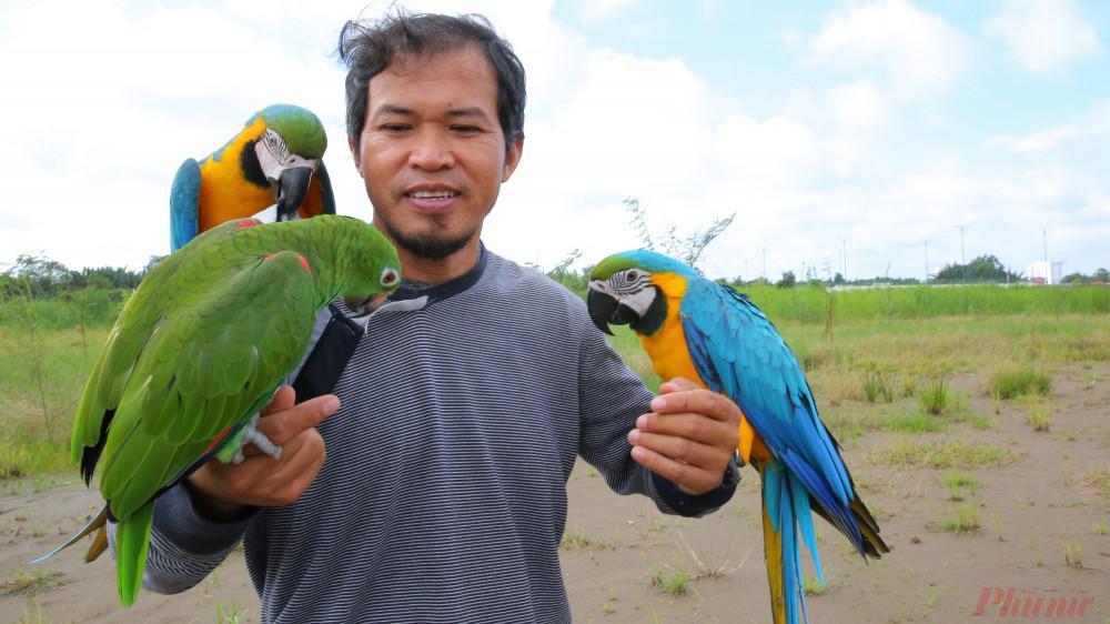 Anh Đa Đa người Philippine cho hay anh có vợ ở Việt Nam và có sở thích chơi vẹt Nam Mỹ, anh có khoảng 20 con nên thường tìm những mảnh đất trống để tắm nắng cho chúng.