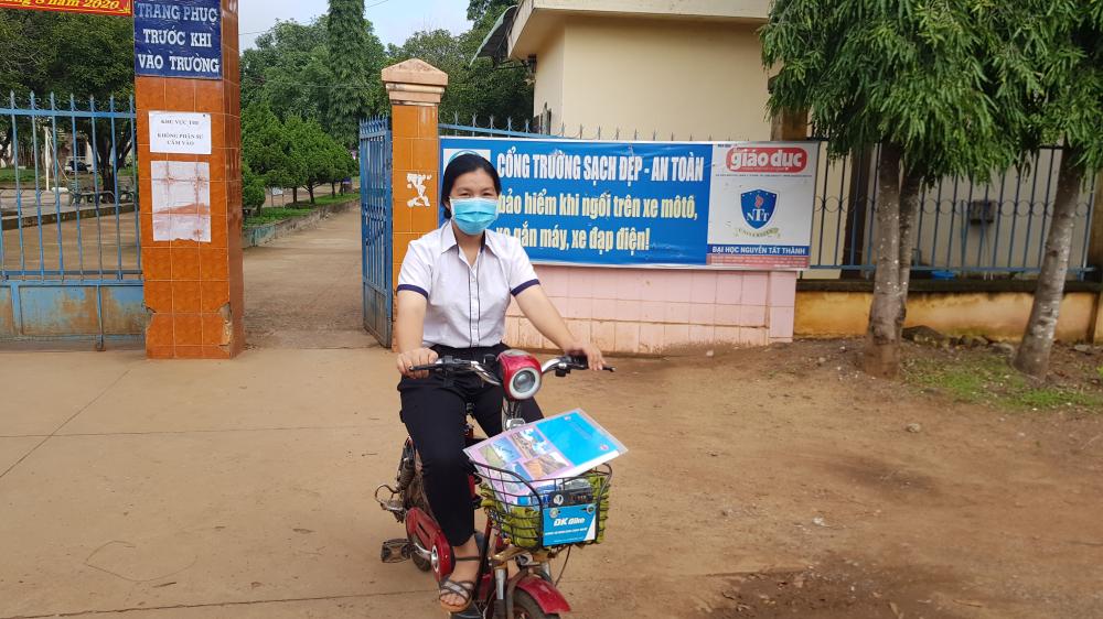 Thí sinh Trang kết thúc bài thi lại ra về