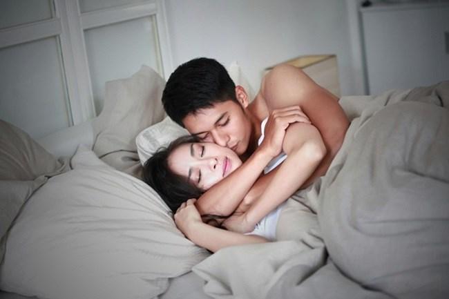 Nhiều cặp vợ chồng gặp bất lợi khi yêu vào buổi tối - Ảnh minh họa