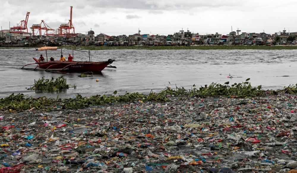 Rác thải nhựa chất thành đống dày ở Manila năm 2019