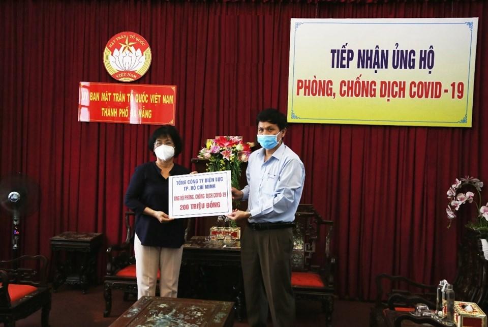 Ông Phạm Quốc Khánh đại diện cán bộ, công nhân viên EVNHCMC trao tặng 200 triệu đồng cho Ủy ban MTTQ Việt Nam – TP.Đà Nẵng.