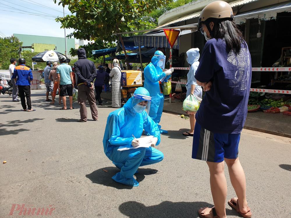 Ngành y tế tiến hành lấy mẫu 100% hộ buôn bán trong chợ Nại Hiên Đông và người dân sống ở quanh chợ trong sáng nay