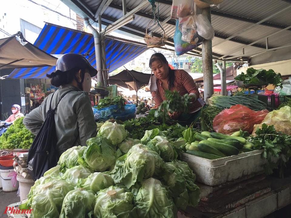 Giá nhiều loại rau củ thiết yếu những ngày gần đây tăng do ảnh hưởng bởi thời tiết, biến động từ nguồn cung...