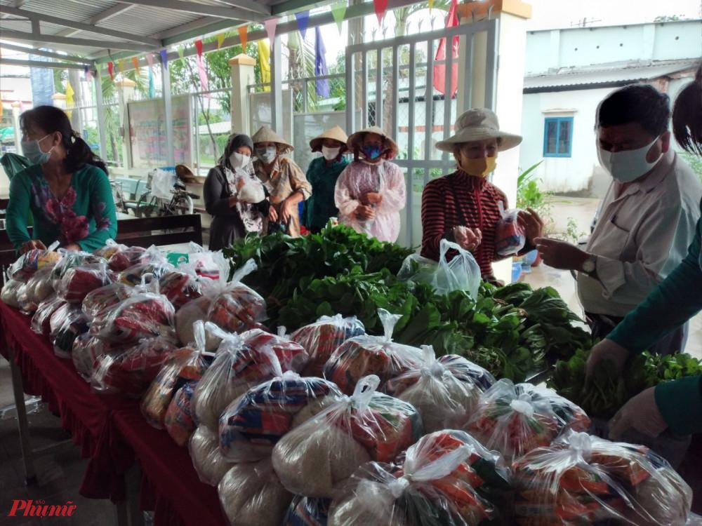 Người dân, người lao động khó khăn tìm đến đển nhận một phần thực phẩm.