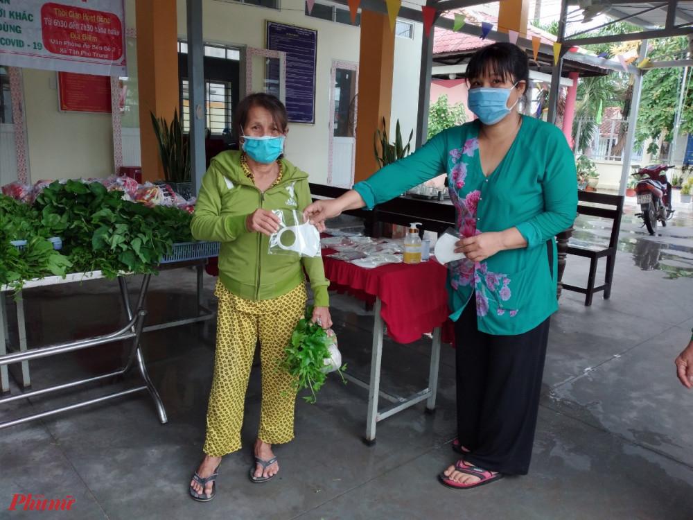 Ngoài thực phẩm, người dân còn được tặng khẩu trang vải kháng khuẩn.