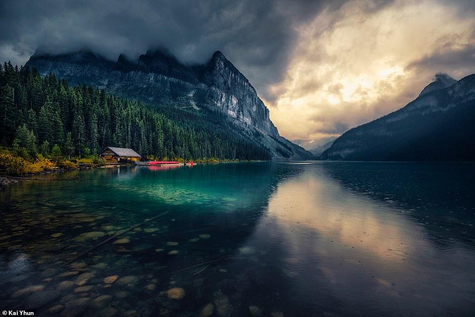 Một góc tuyệt đẹp khác được Kai Yhun ghi lại ở khu vực hồ Louise, với cây cối xanh tươi, mây che phủ đỉnh núi trông đẹp như tranh vẽ.