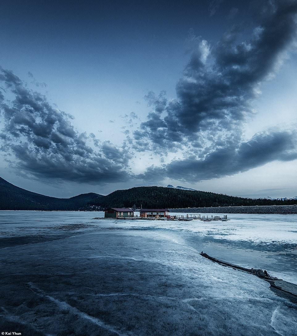 Hồ Minnewanka bị đóng băng vào mùa lạnh. Các cơ sở du lịch tại địa phương cho rằng đây là nơi thích hợp để một địa điểm đẹp, nổi tiếng để dã ngoại, đi xe đạp leo núi, đi bộ đường dài, chèo thuyền, lặn và đi bộ trên tuyết