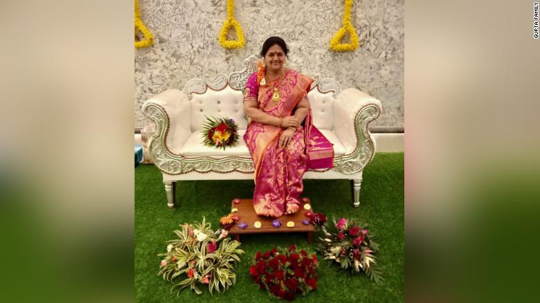 Bức tượng sáp của bà Madhavi được chồng và con gái đặt trên chiếc sofa trong ngày tân gia.