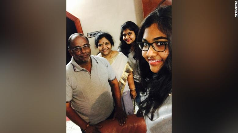 Người chồng và hai cô con gái nói rằng họ không thể dọn đến ngôi nhà mới nếu thiếu hình ảnh của bà Madhavi.
