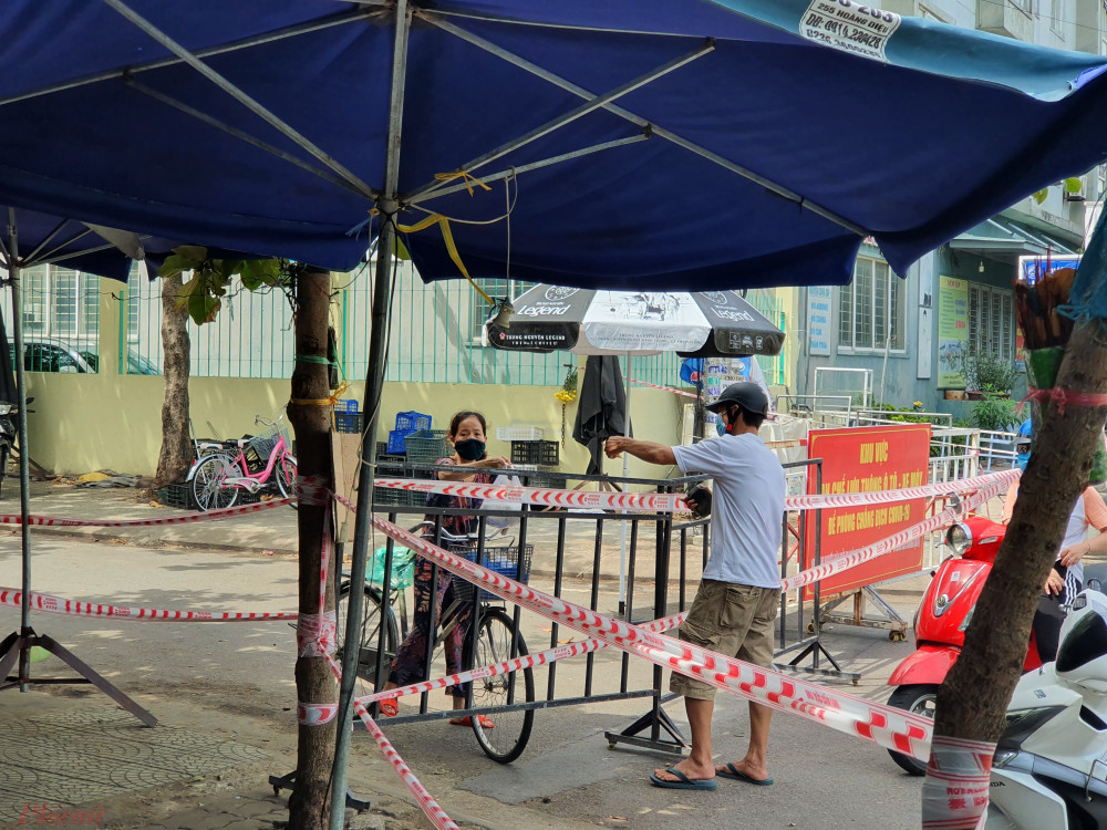 Chợ Nại Hiên Đông (phường Nại Hiên Đông, Q. Sơn Trà) từ chiều tối ngày 11/8 đã bị đóng lại vì có 3 ca nhiễm COVID-19 từng tới mua bán