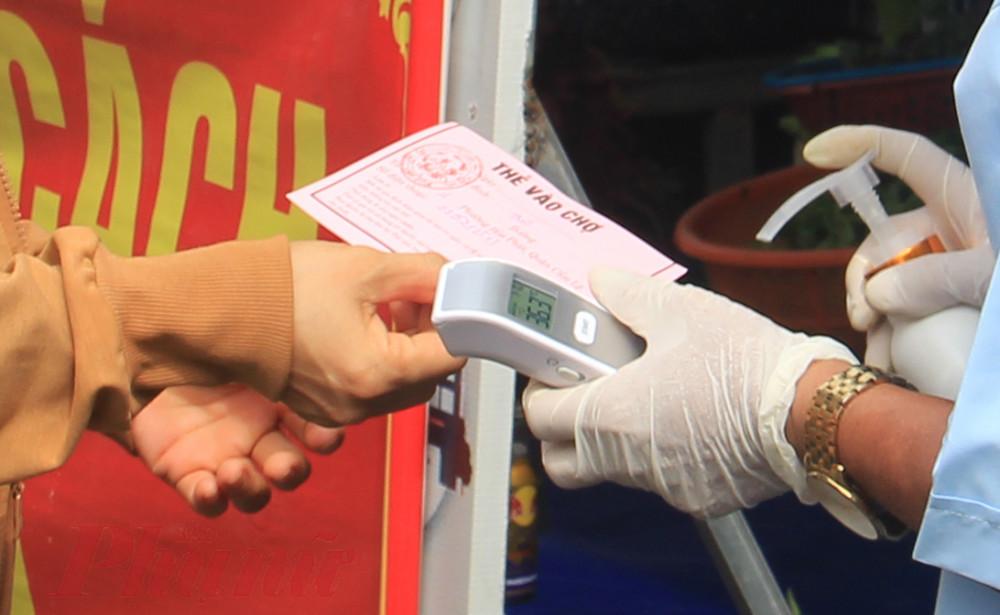 Theo đó, người dân sẽ được phát thẻ vào chợ theo ngày chẵn, lẻ; thẻ ngày chẵn có màu đỏ, thẻ ngày lẻ có màu xanh.