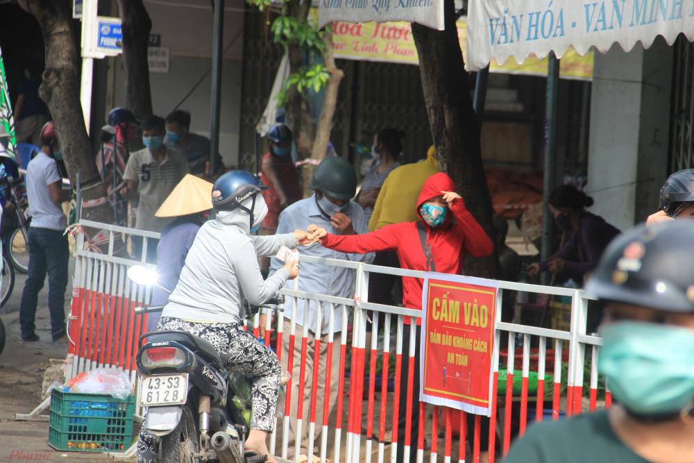 Nhiều người thay vì có thẻ để vào trong chợ thì đứng mua ngay bên barie