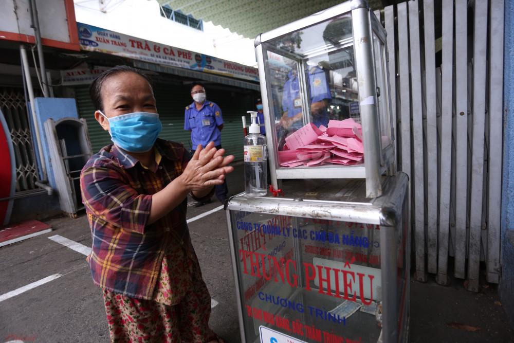 Sáng nay, một số chợ lớn ở Đà Nẵng thực hiện chặt việc kiểm soát thẻ vào chợ và giữ khoảng cách của người mua bán như chợ Cồn, chợ Đống Đa..