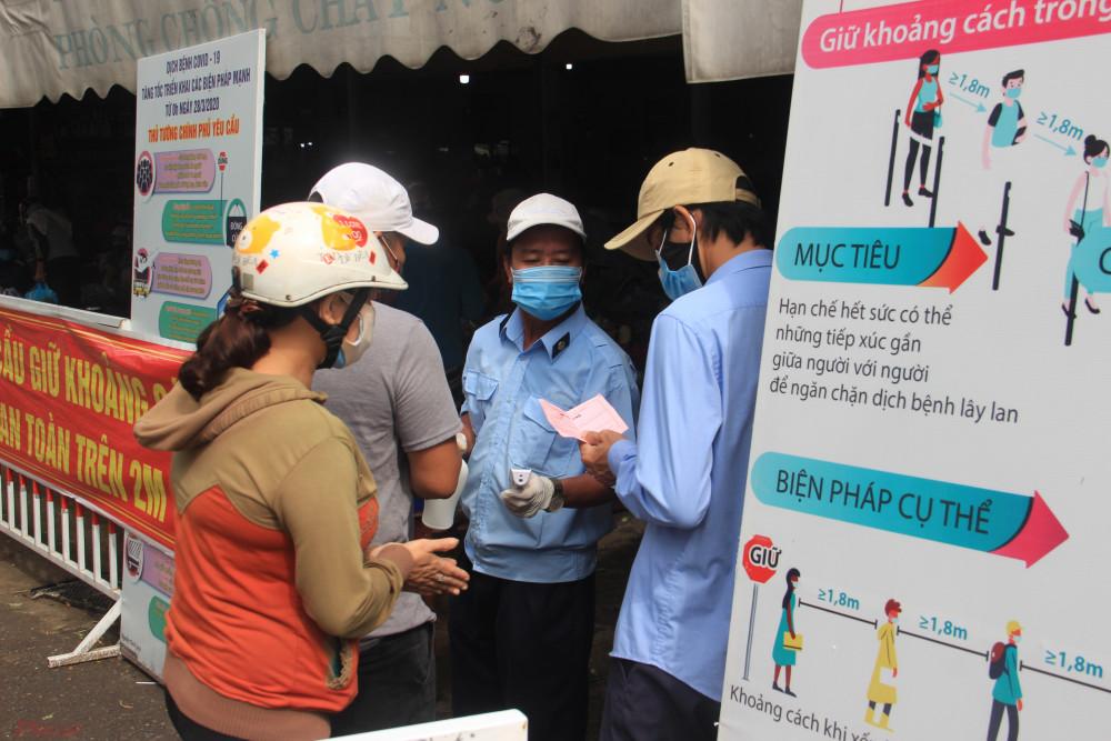 Chợ Hòa Cầm ở phường Hòa Thọ Đông, Q. Cẩm Lệ sáng nay cũng triển khai đo thân nhiệt và thu vé vào chợ của người dân