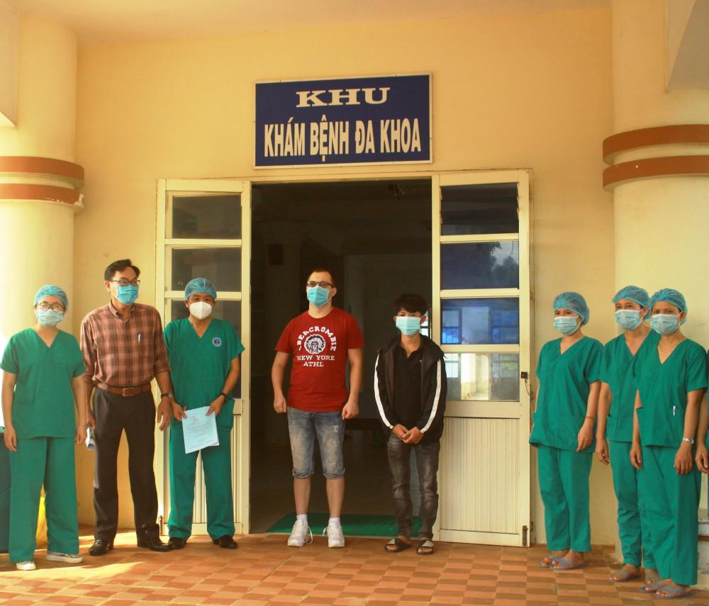 Công bố và trao chứng nhận điều trị khỏi bệnh cho BN 419 và BN 370