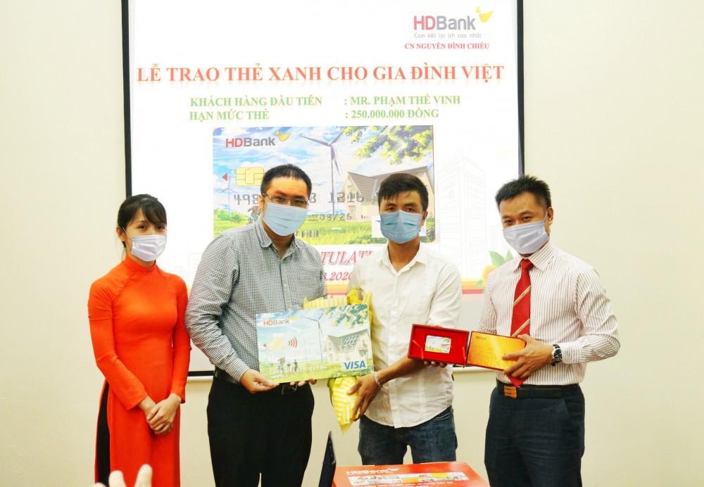 """HDBank trao """"Thẻ xanh cho gia đình Việt"""" cho khách hàng đầu tiên tại TP.HCM. Ảnh: HDBank"""