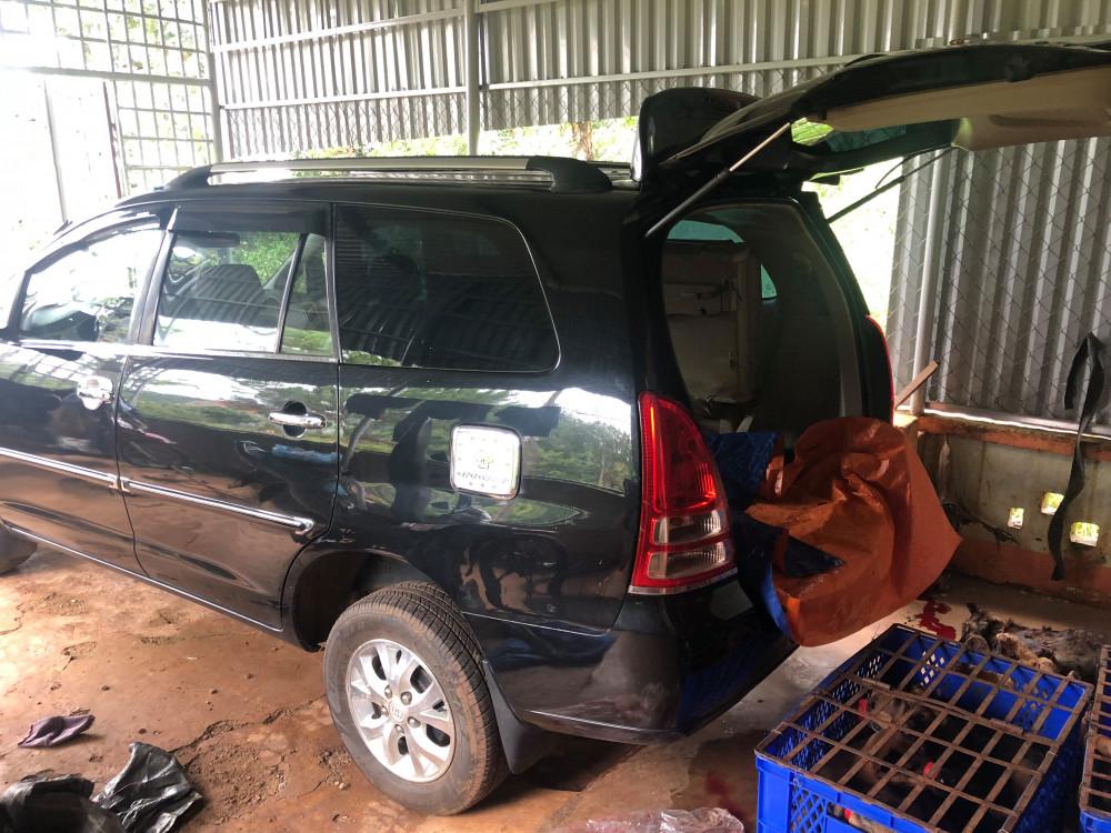 Sau khi trộm chó, các đối tượng đưa lên xe ô tô chở về Lâm Đồng để tiêu thụ