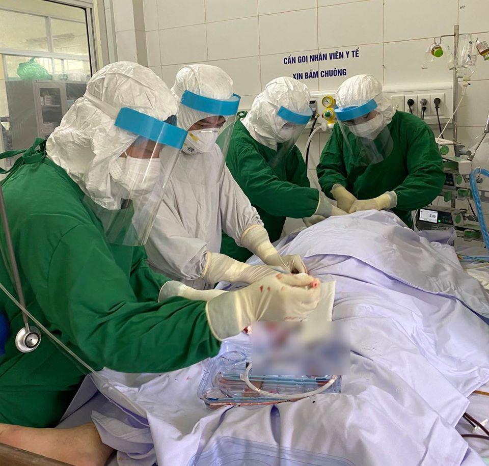Bệnh nhân COVID-19 tại Bệnh viện Phổi Đà Nẵng được thực hiện kỹ thuật ECMO từ bác sĩ Bệnh viện Chợ Rẫy (TPHCM). Ảnh: BVCR