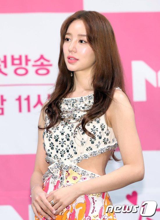 Xinh đẹp và tài năng nhưng đến nay Yoon Eun Hye vẫn lẻ bóng một mình. Nữ diễn viên khá kín tiếng và hiếm khi tham gia các chương trình giải trí.