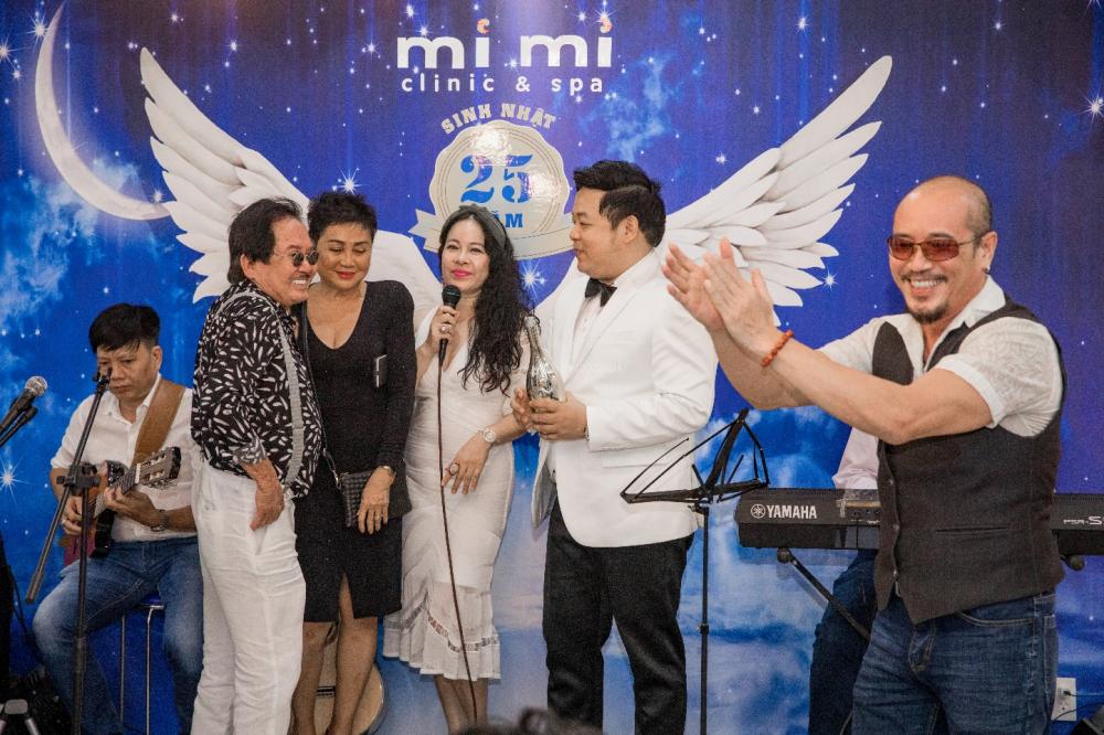 Vợ chồng nhạc sĩ Vũ Xuân Hùng - Xuân Hòa; ca sĩ Quang Lê; nhạc sĩ Trần Đức cùng chúc mừng sự trở lại của doanh nhân Diễm Hằng