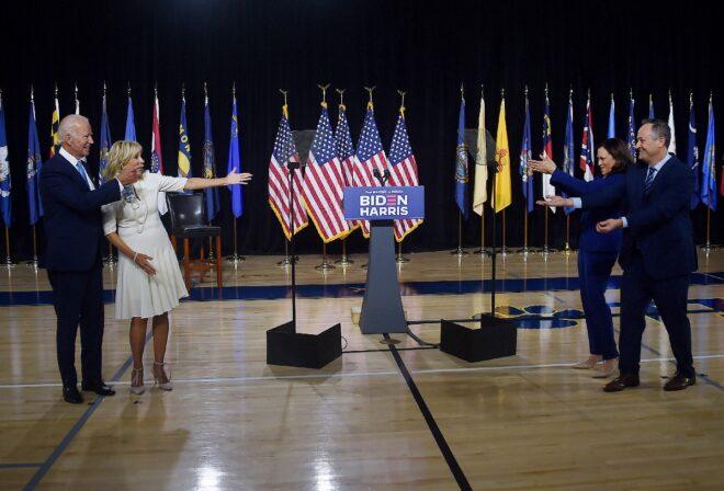 Hai cặp vợ chồng trong diên danh tranh cử của Đảng Dân chủ: Joe Biden và vợ Jill Biden (trái), Kamala Harris và chồng Douglas Emhoff (phải) - Ảnh: AFP
