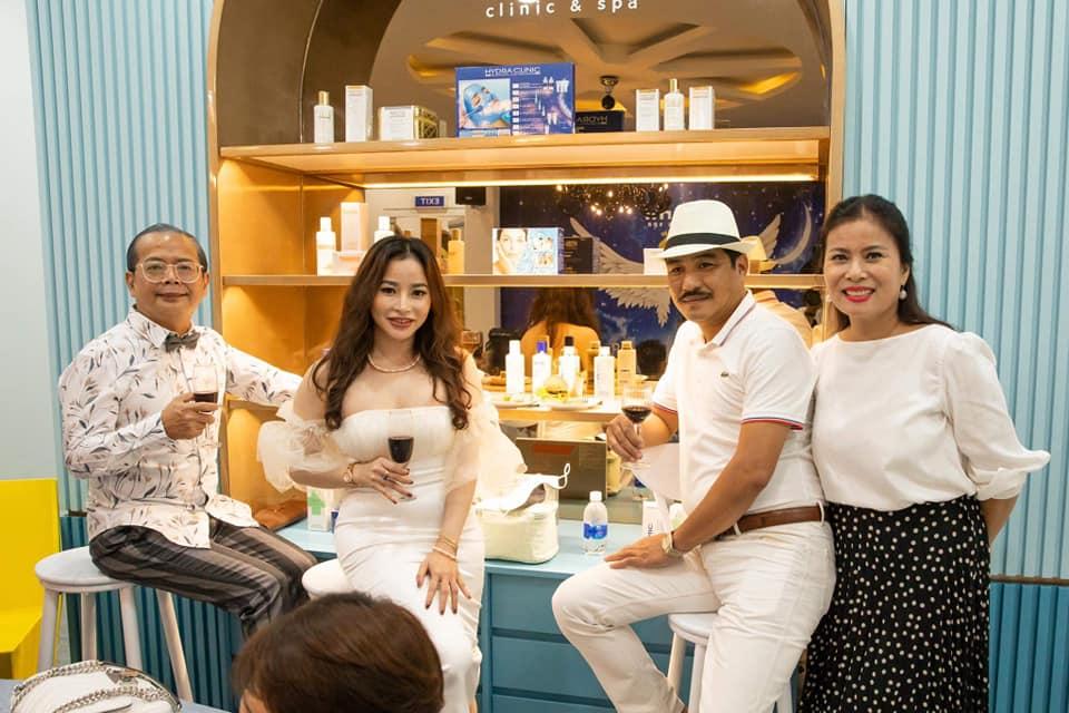 Ông Arnold Đặng Trung Hiếu - Tổng giám đốc TAS (ngoài cùng, bên trái); ông An Nguyễn - Giám đốc CH1933 (thứ 3 từ trái sang) cùng nâng ly chúc mừng sự trở lại của Mimi Clinic & Spa và doanh nhân Diễm Hằng.
