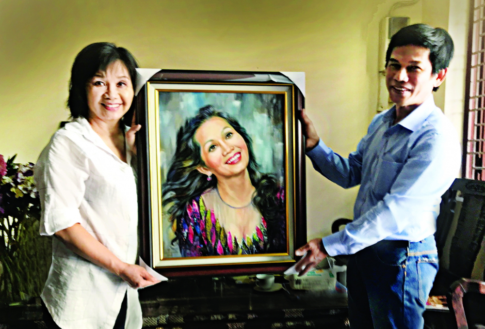 Họa sĩ Lê Sa Long tặng tranh chân dung cho nghệ sĩ Xuân Hương
