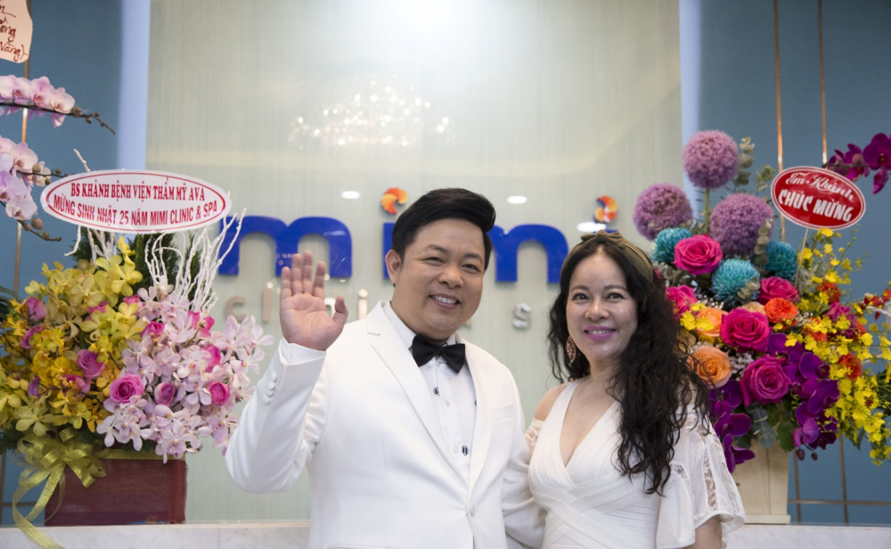 Ca sĩ Quang Lê đến chúc mừng sinh nhật lần thứ 25 của Mimi Clinic & Spa