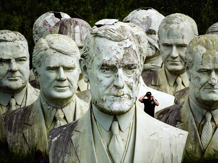 Các bức tượng trong Công viên Tổng Thống ban đầu khá đẹp nhưng chẳng mấy được du khách quan tâm