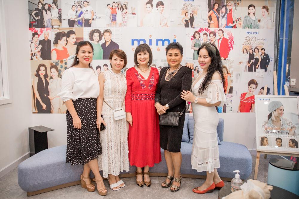 Mrs. Cẩm Lệ (áo đỏ); Mrs. Ngọc Hân (áo trắng, ngoài cùng bên trái) – những khách hàng thân thiết luôn đồng hành cùng Mimi Clinic & Spa suốt 25 năm chụp hình lưu niệm cùng doanh nhân Diễm Hằng.