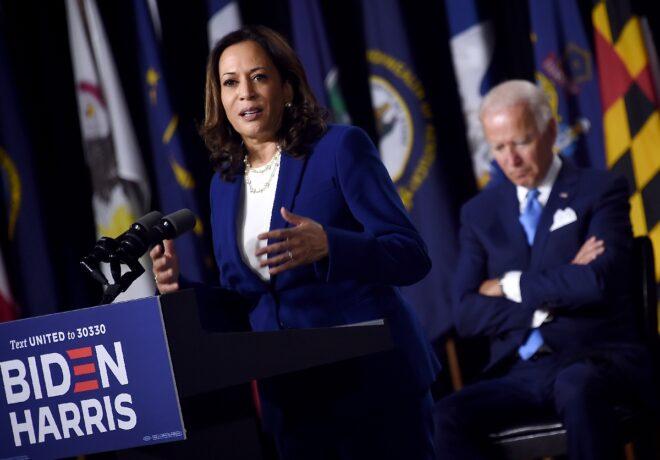 """ƯCV tổng thống  Joe Biden lắng nghe ƯCV phó tổng thống Kamala Harris triển khai chiến dịch tranh cử của họ ở Delaware, bà Harris nói rằng mọi thứ đang """"đúng đường hướng"""" - Ảnh: AFP"""