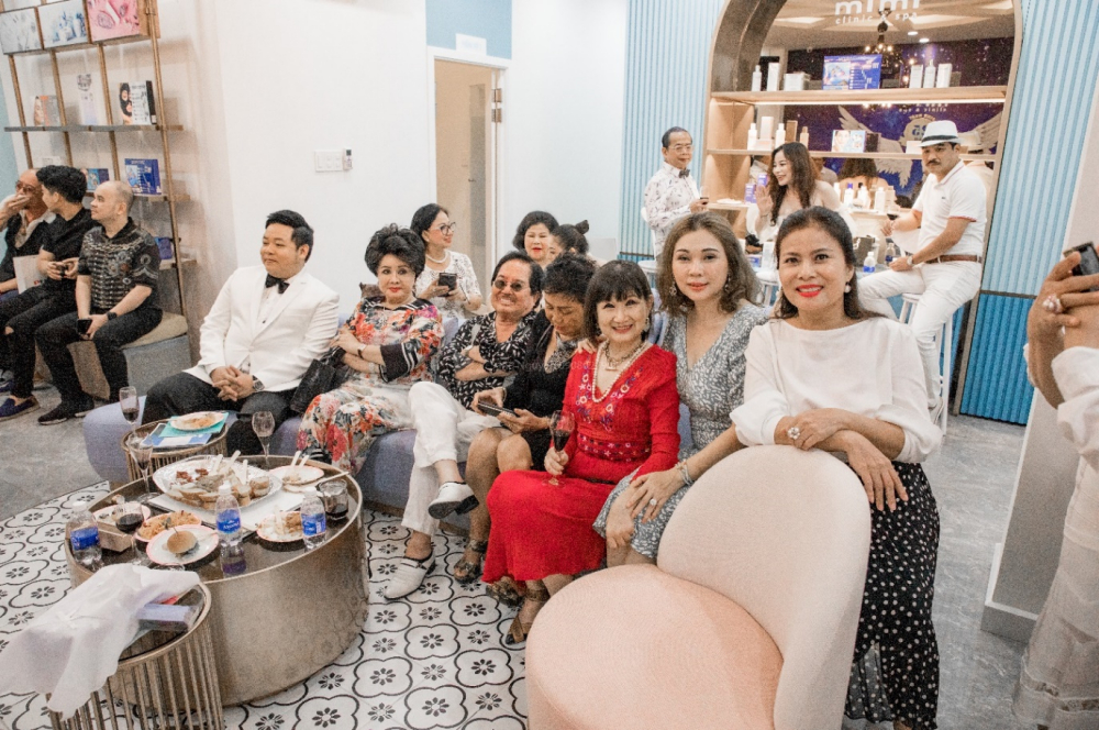 Doanh nhân Dương Quốc Nam (ông chủ của thương hiệu nội thất Phố Xinh, chuỗi nhà hàng Con Gà Trống), Mrs. Xuân Ngô (cạnh ca sĩ Quang Lê); doanh nhân Cao Thủy (bà chủ nhà hàng Bê Vàng) cũng có mặt để chào đón sự trở lại của doanh nhân Diễm Hằng.