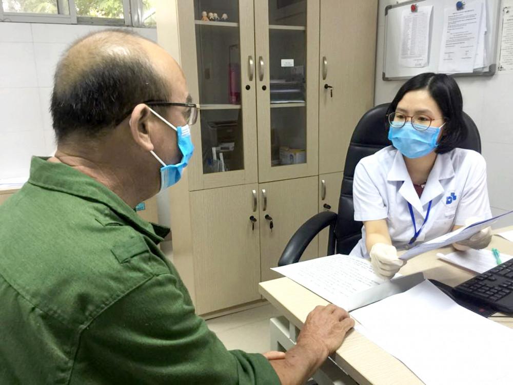 Bác sĩ khám cho bệnh nhân bị triệu chứng rụng tóc
